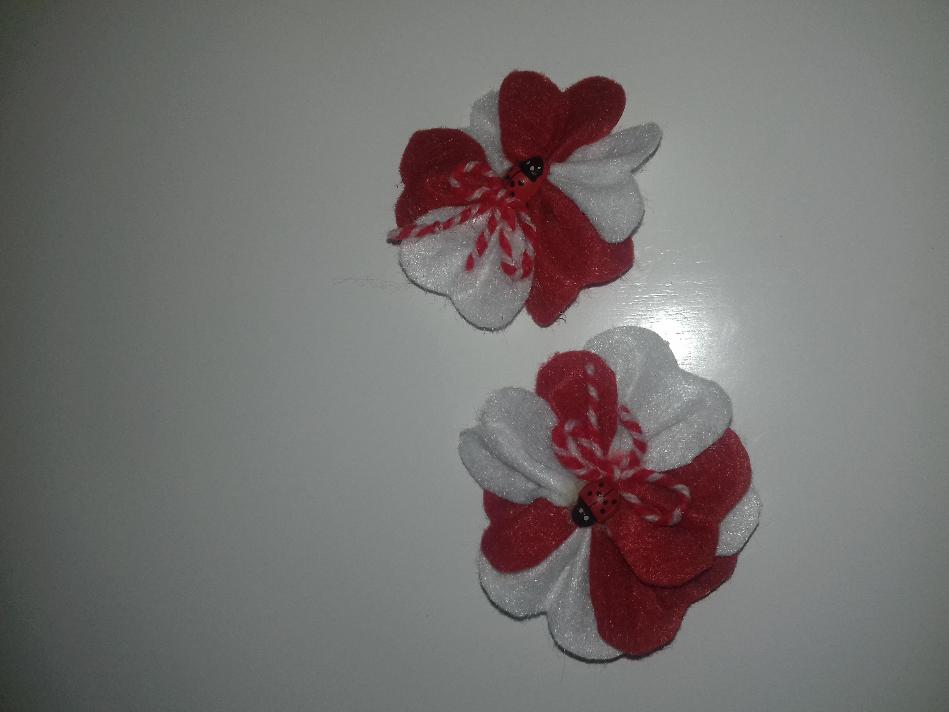 Ръчно направени - Бели и червени цветя - брошки