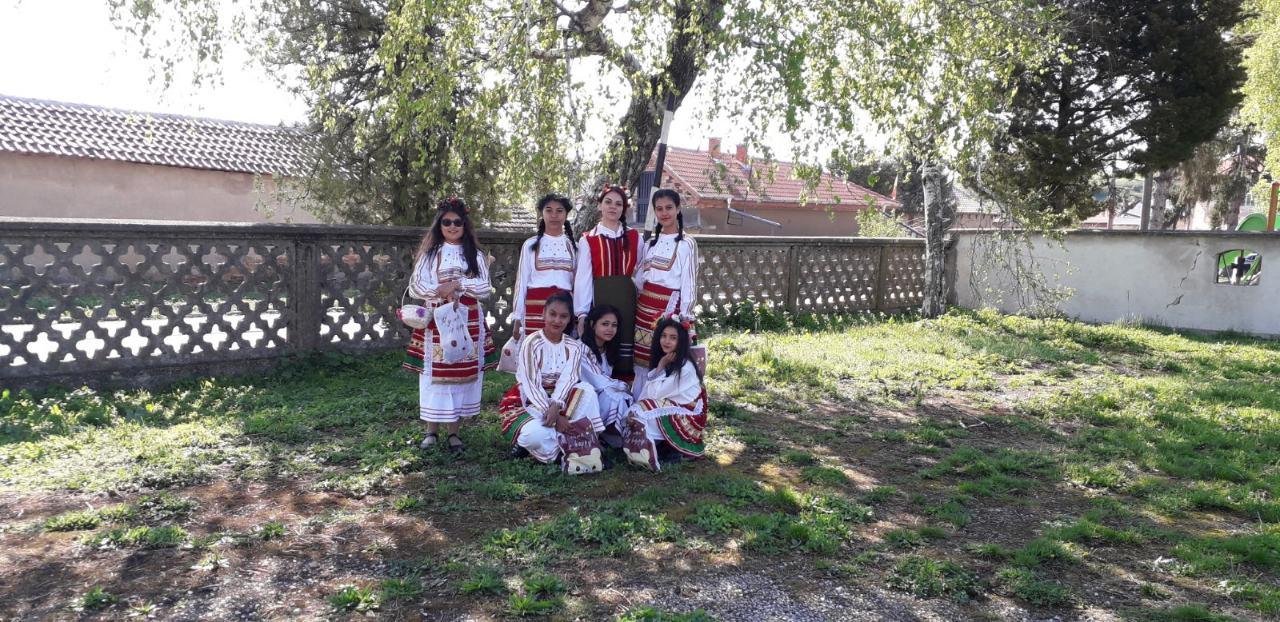 г-жа Коцева с нейните красиви Лазарки