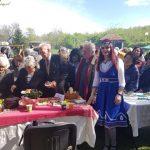 г-жа Коцева е доволна от голямата опашка пред тяхната маса с български ястия