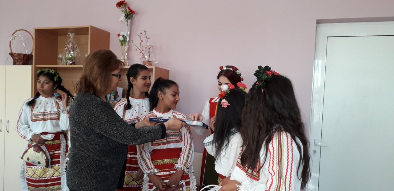 г-жа Желязкова - кмет на с.Еница подари подараци на лазарките.